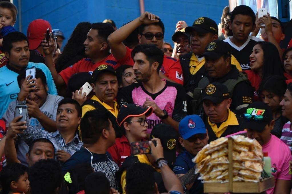 Jaime Penedo ingresó a las gradas del estadio El Trébol y compartió con la gente. Foto: Omar Solís