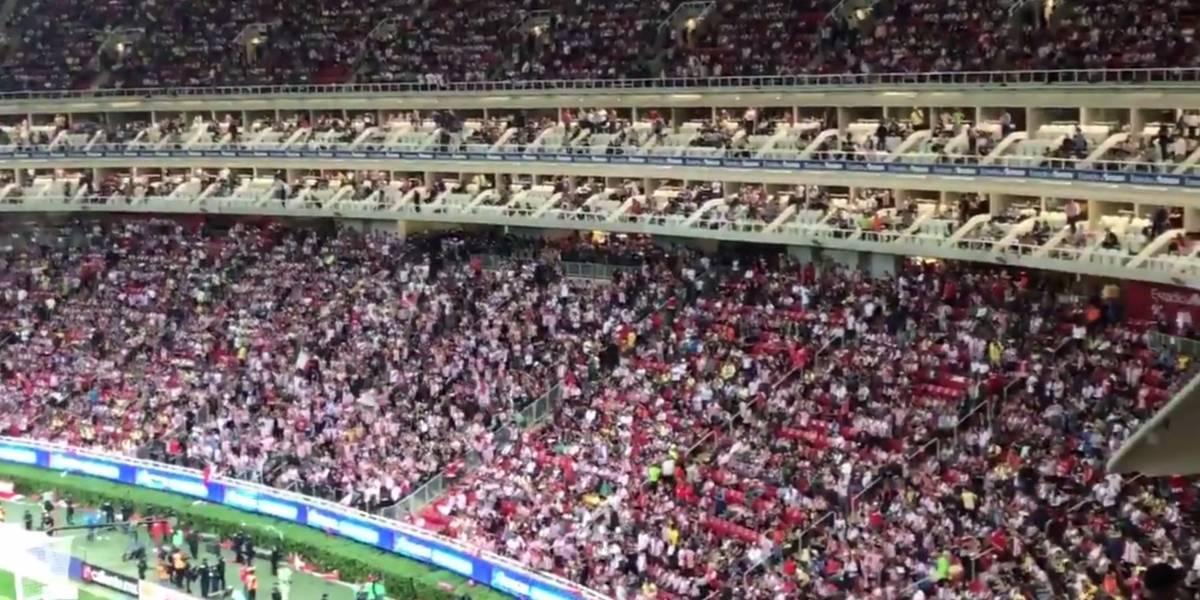 'Fuera Cardozo', grita la afición de Chivas en el Clásico nacional