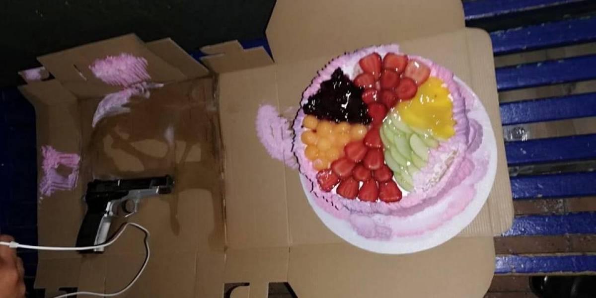 Capturan a mujer que escondía un arma en un pastel