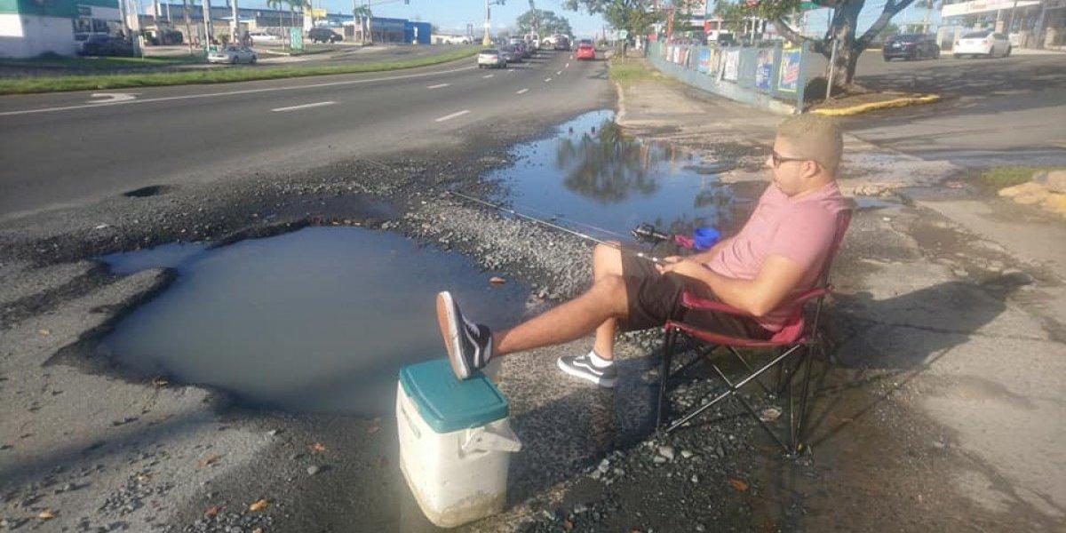 Ciudadano se va de pesca en charco creado por hoyo