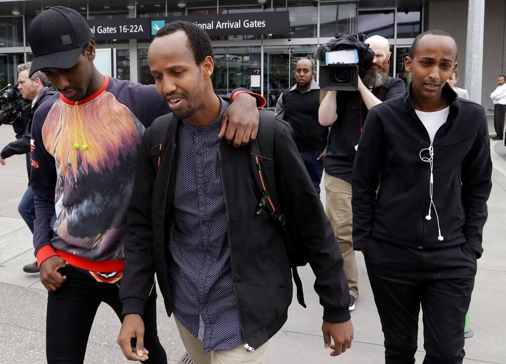 Abdifatah Ibrahim, centro, y su hermano Abdi, derecha, caminan con un amigo no identificado en Christchurch, Nueva Zelanda, el domingo 17 de marzo de 2019