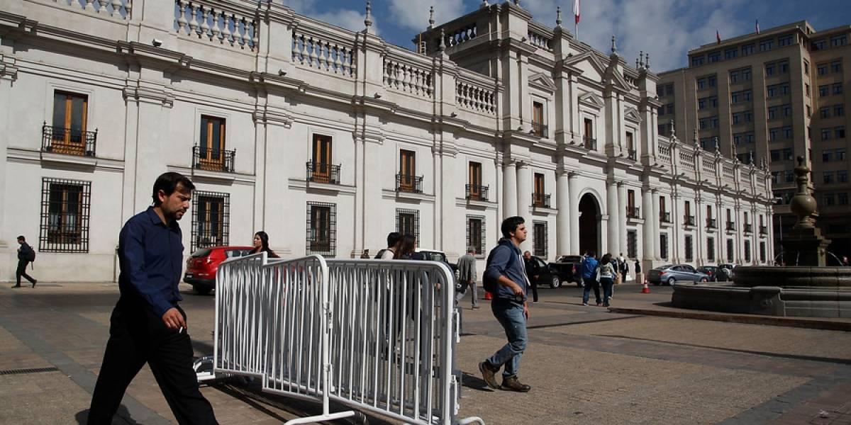 Sujeto es detenido tras intentar ingresar con su vehículo a La Moneda