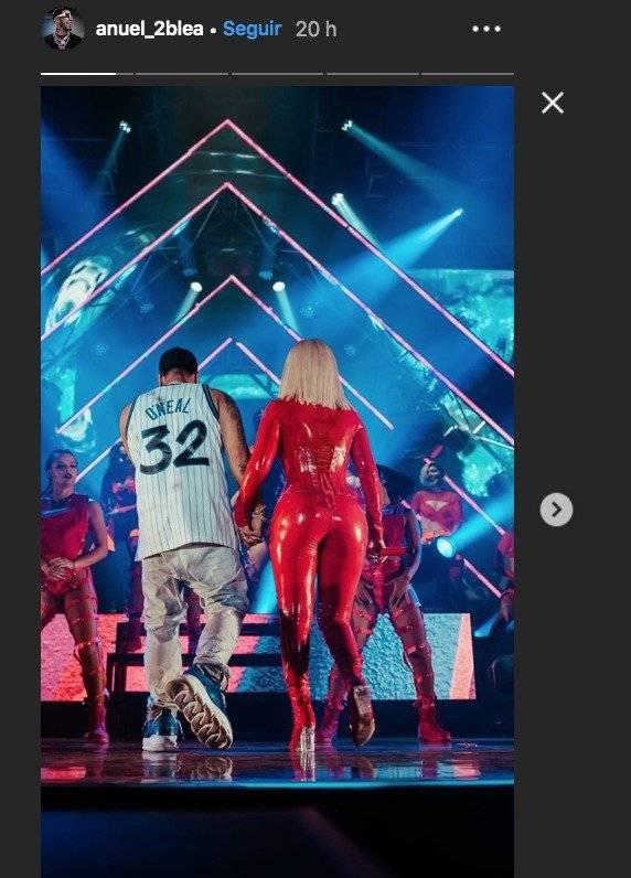 Anuel AA y Karol G durante su show en Bogotá. Instagram