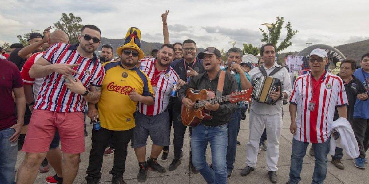 Aficionados de Chivas y América cantan juntos tras el Clásico nacional