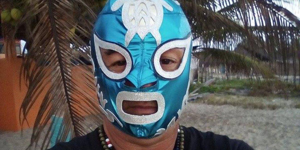 Supertortugo, el luchador que salva tortugas marinas en Guerrero