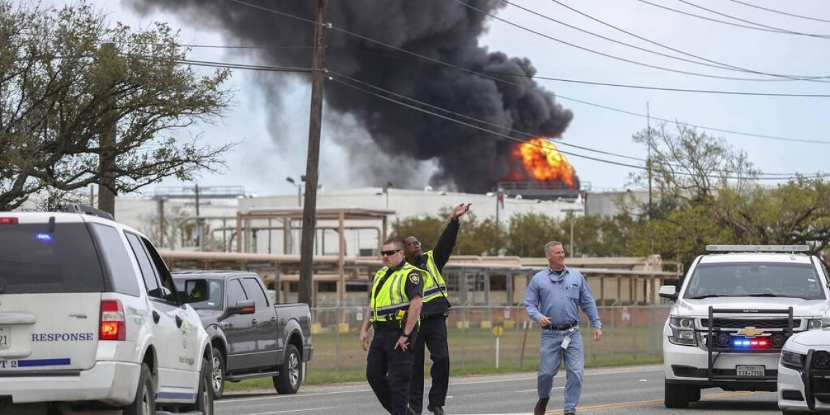 Sin control incendio en planta petroquímica de Texas