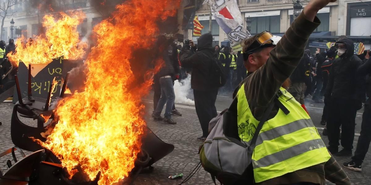 Los Campos Eliseos cerrados para los chalecos amarillos: Francia prohíbe protestas en varios barrios tras violencia del sábado