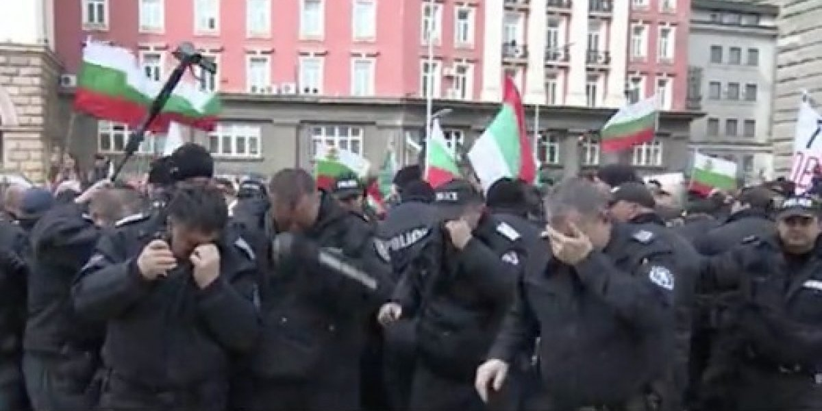 El efecto deseado en las personas equivocadas: policía intentaba disolver una protesta pero accidentalmente roció gas pimienta a sus oficiales