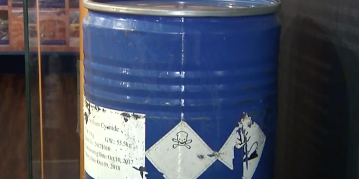 Así es como la Fiscalía exhibe en uno de sus edificios un barril de cianuro