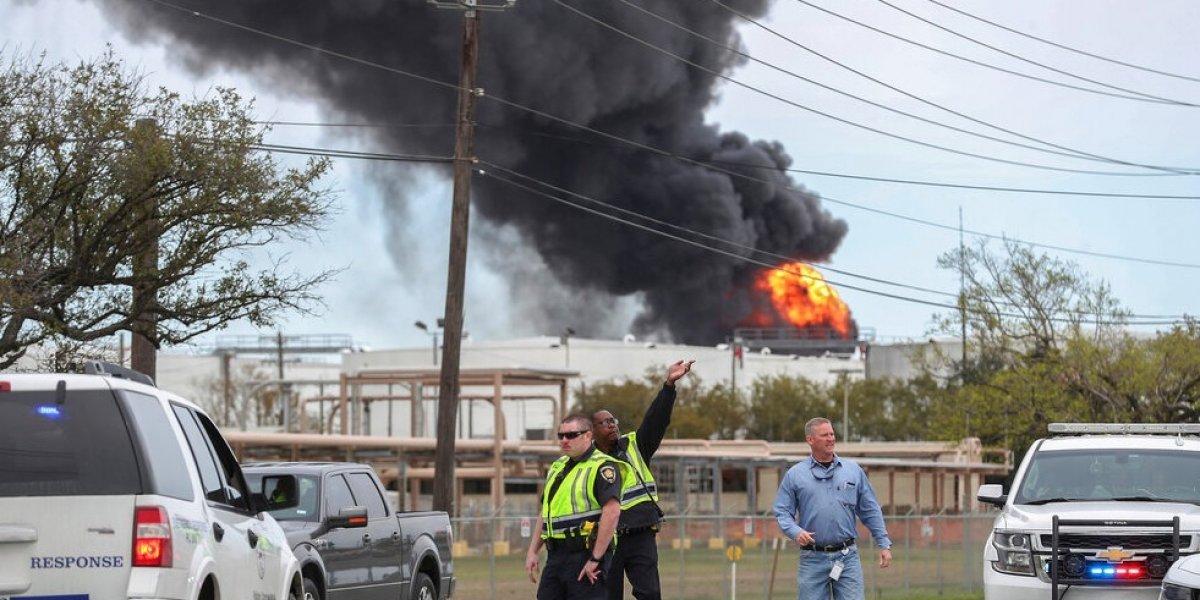 Enorme incendio en una planta petroquímica en Texas