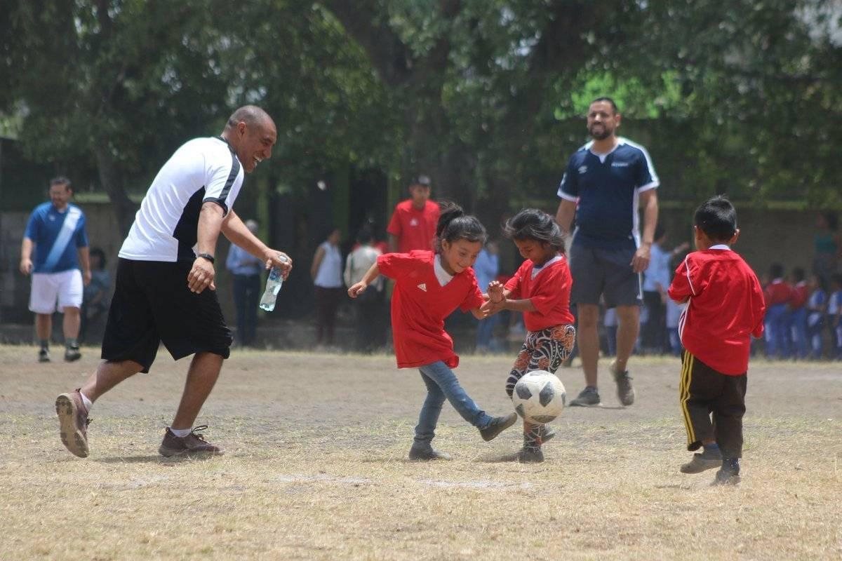 Juan Carlos Plata convive con los niños en un partido de futbol. Foto: Fedefut