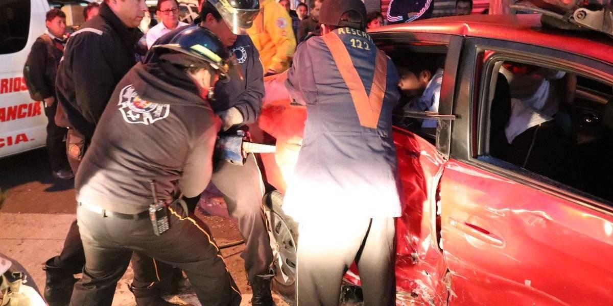 Rescatan con equipo especial a mujer atrapada en vehículo tras choque en zona 1
