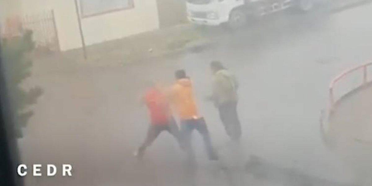 No sabían con quién se estaban metiendo: ex boxeador le dio una golpiza a dos ladrones que intentaban robar sus autos en Punta Arenas