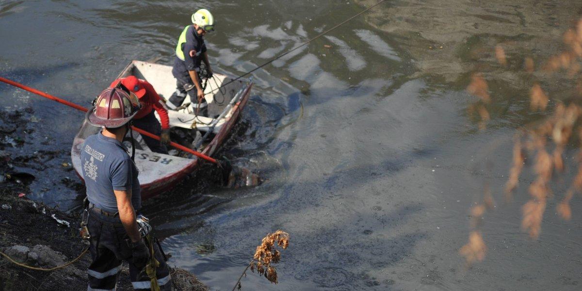 Muere hombre al caer su camioneta a canal de aguas negras en Ecatepec