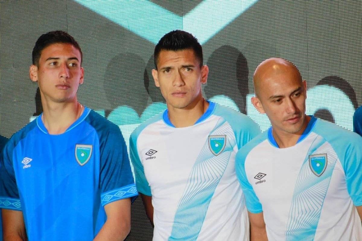 Allen Yanes, Rafael Morales y Eduardo Soto durante la presentación de la nueva indumentaria. Foto: Mynor Sandoval