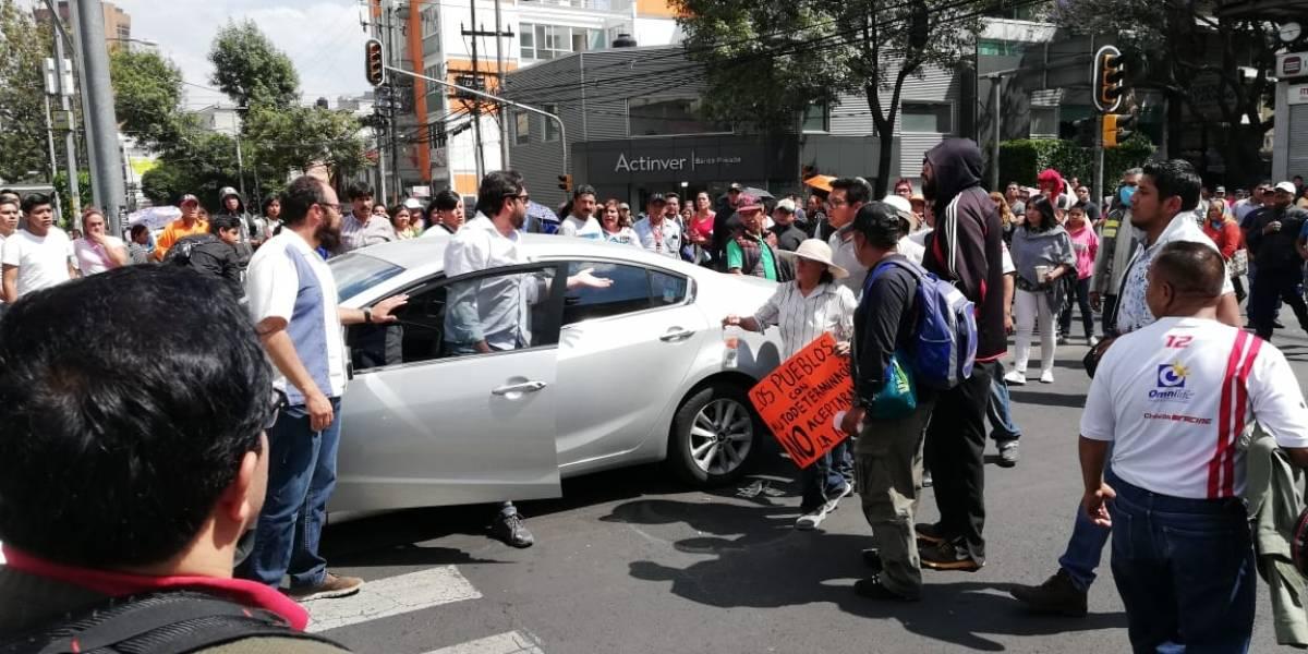 VIDEO: Sujeto avienta automóvil contra manifestantes en Insurgentes Sur