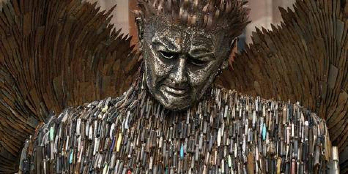Escultura crea conciencia sobre violencia con cuchillos