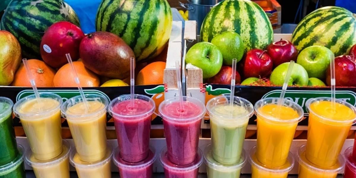 """Mujer queda al borde de la muerte tras realizar singular tratamiento: se inyectó jugo de frutas en las venas para """"mejorar su salud"""""""