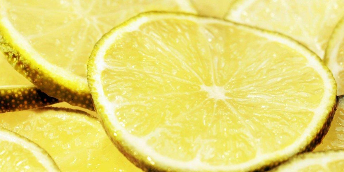 Vídeo viral ensina técnica para espremer limão sem cortar ou sujar as mãos