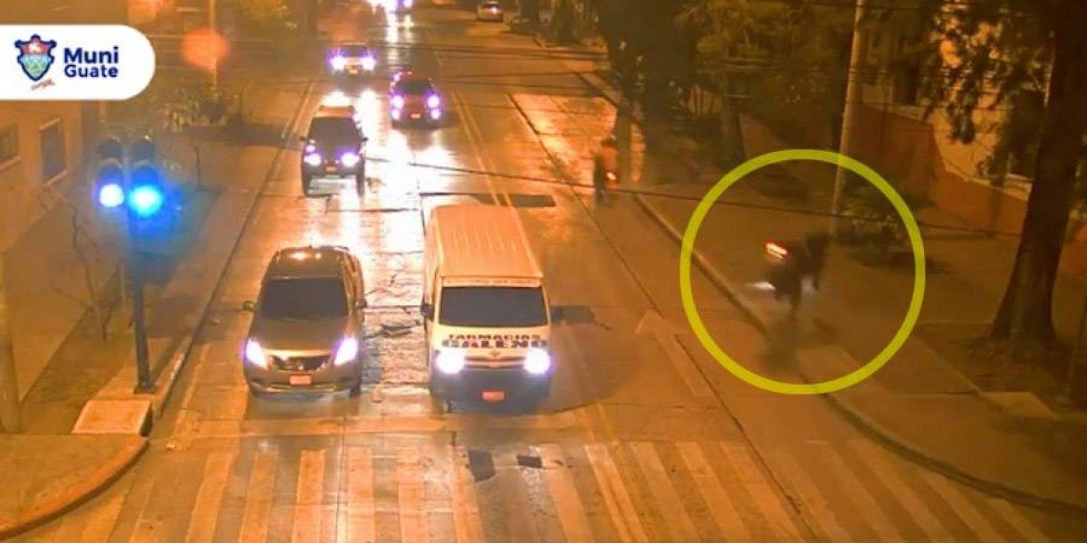 VIDEO. Motorista sufre violento accidente tras chocar contra banqueta