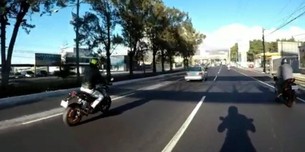 VIDEO. Motorista sufre aparatoso choque por grabar a otro que circula de manera imprudente