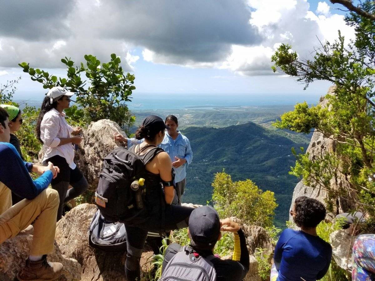 La directora ejecutiva de la Compañía de Turismo de Puerto Rico, Carla Campos, ofreció un reconocimiento especial al guía turístico Ray David Rodríguez Colón de Puerto Rico al Sur. Inc, por su selección como Mejor Guía de Turismo de Naturaleza del Mundo por EcoTripMatch.com. / Suministrada