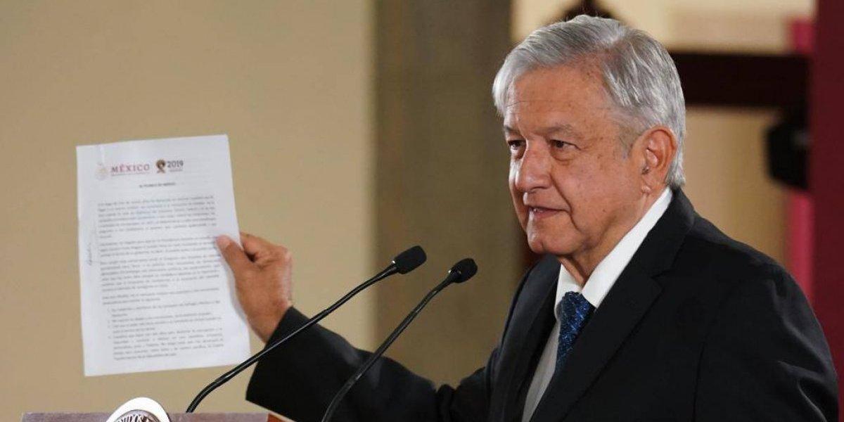 "López Obrador firma promesa de que no se reelegirá; ""en 2024 me iré"""