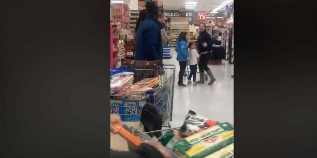 Mujer humilla y escupe frente a sus hijos a dos personas de raza negra