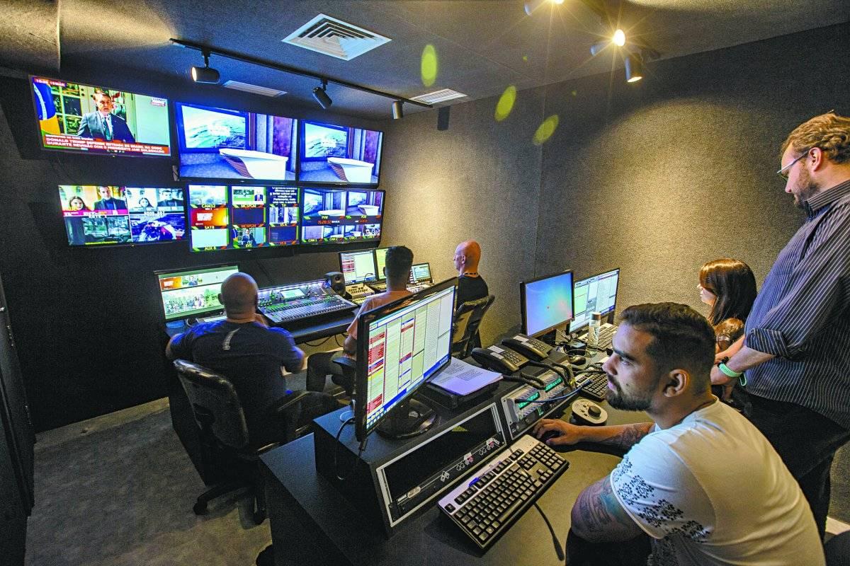 A sala de controle ('switcher') ganhou equipamentos de última geração André Porto/Metro