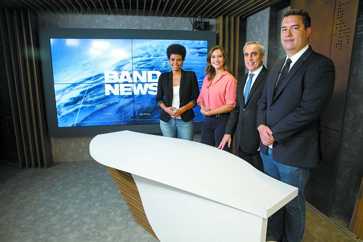 Os apresentadores Cynthia Martins, Roberta Russo, Nelson Gomes e Eduardo Barão na nova bancada da BandNews TV André Porto/Metro