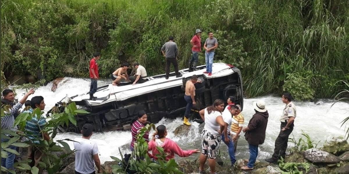 Buseta con artistas musicales de Imbabura se accidentó y cayó al río Cristal en Balsapamba