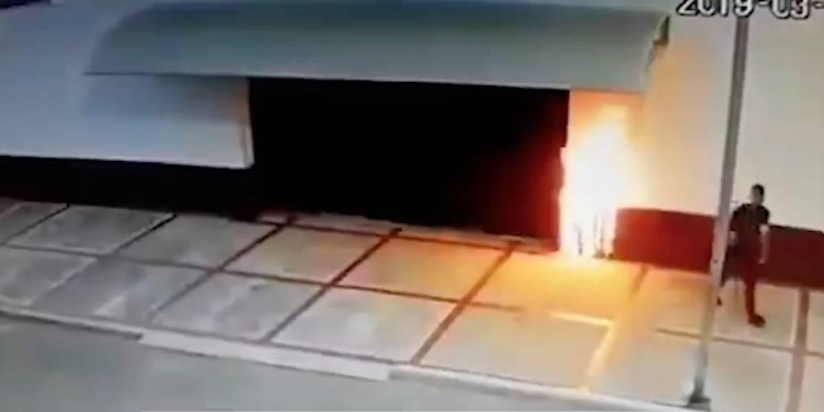 En video quedó registrado el momento en que joven le prende fuego a una iglesia
