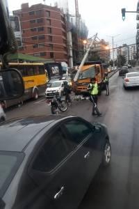 Quito: Volqueta se estrelló contra poste de energía eléctrica en la Eloy Alfaro