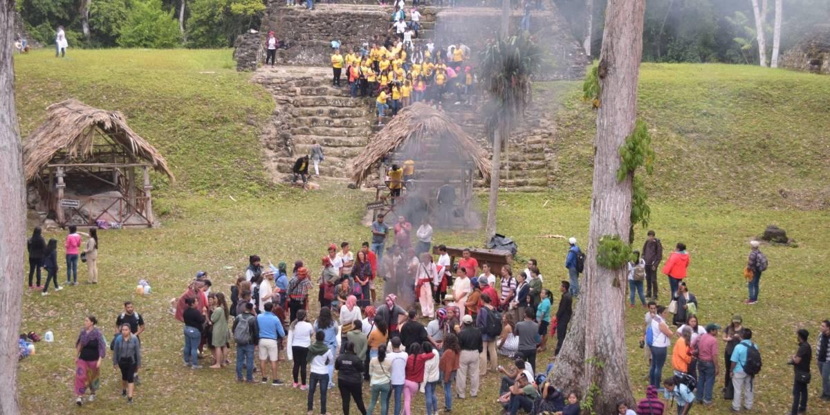 Guatemaltecos celebran la llegada del Equinoccio de Primavera en Uaxactún, Petén