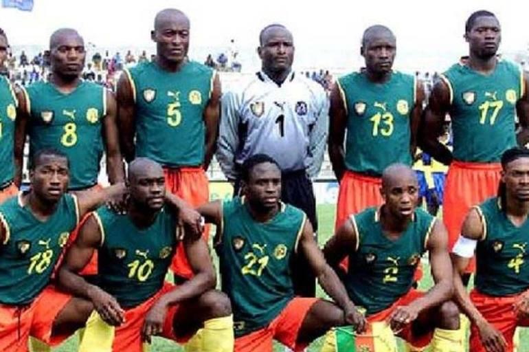 Camarões - a seleção africana decidiu inovar em 2002 para a Copa das Nações Africanas e acabou sancionada. Tiveram que atuar com uma camisa preta por de baixo do uniforme sem mangas. Reprodução/ Arquivo- El tiempo