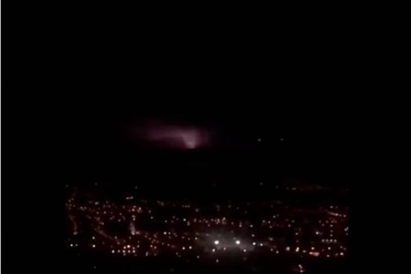 Redes sociales alarmadas por destellos de luz en el cielo durante sismos en Quito