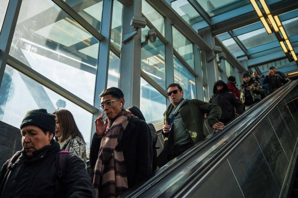 ¿Es mejor subir caminando las escaleras eléctricas o simplemente esperar de pie?