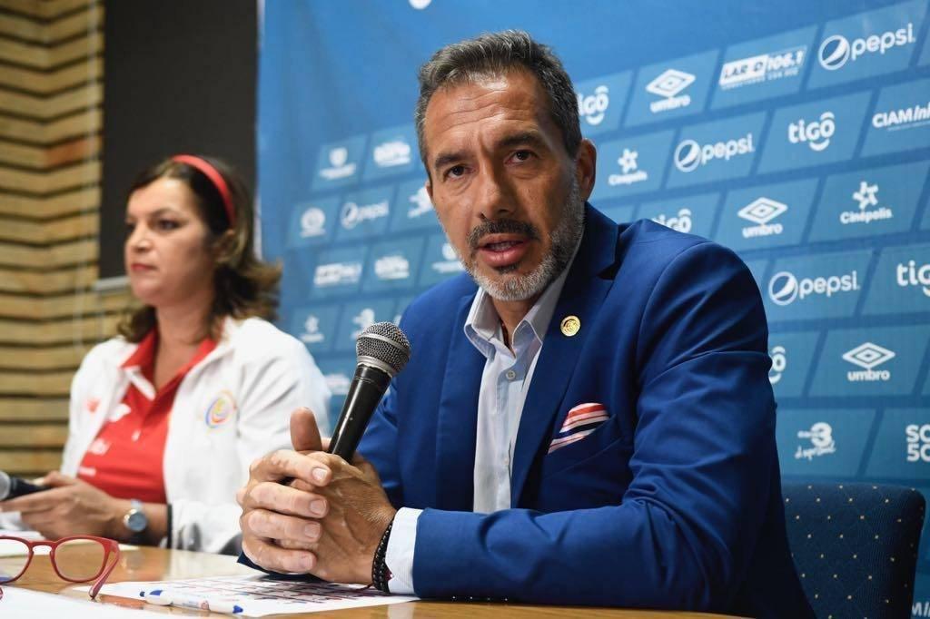 Gustavo Matosas en la conferencia de prensa