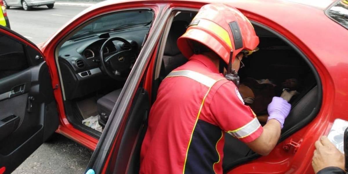 Localizan a mujer fallecida con heridas en el cuello dentro de vehículo en el Periférico