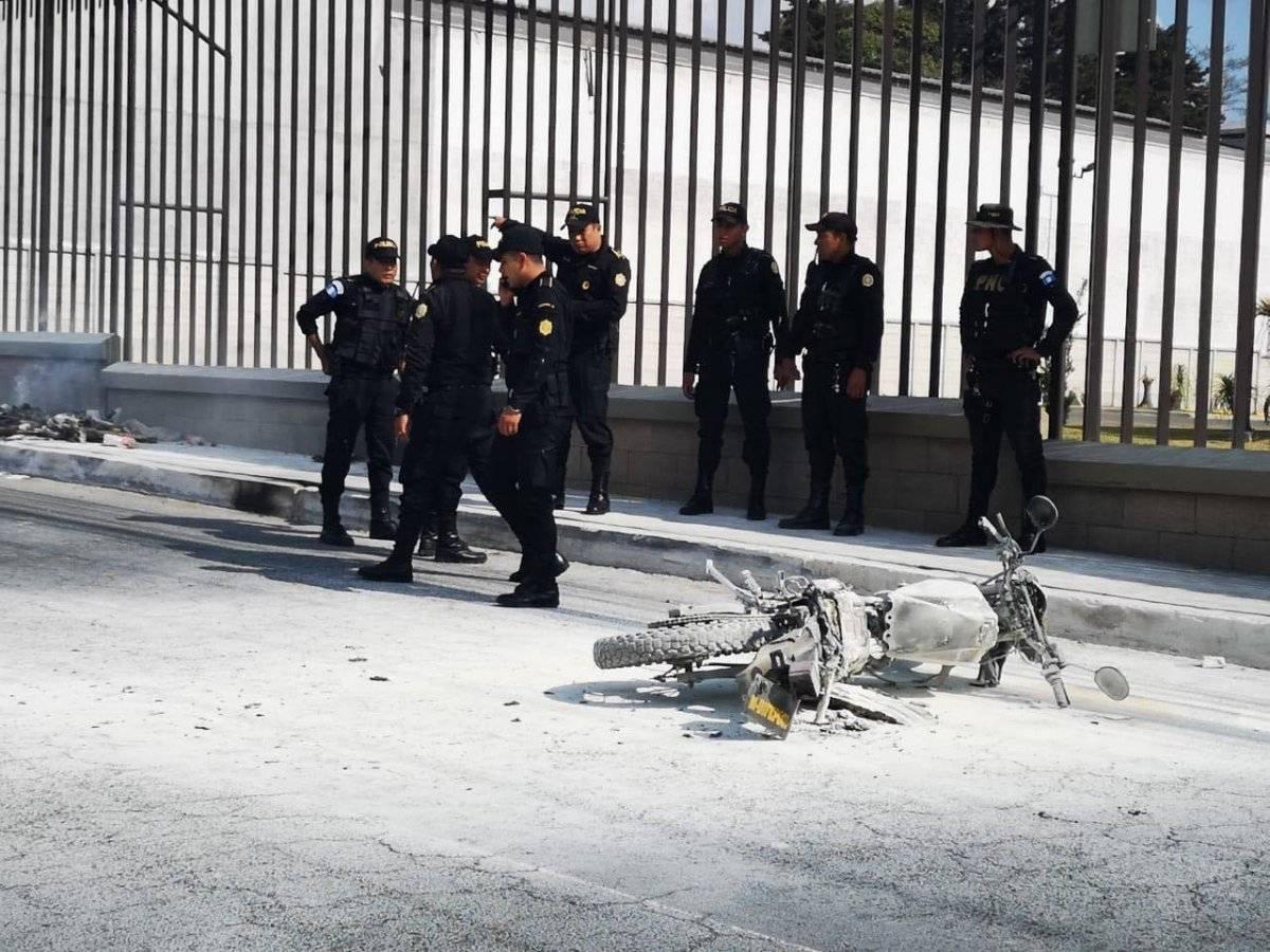Vapulean a dos hombres en bulevar El Naranjo, por supuestamente haber atacado a un taxista. Cortesía