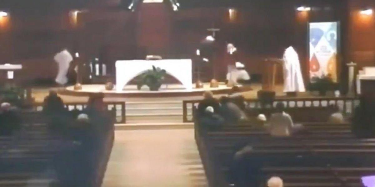 El impactante video de un sacerdote apuñalado en medio de una misa en Canadá