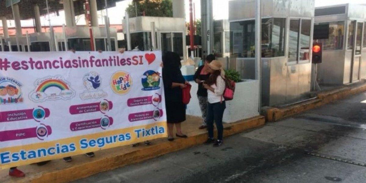 Encargadas de estancias toman casetas por visita de AMLO a Guerrero