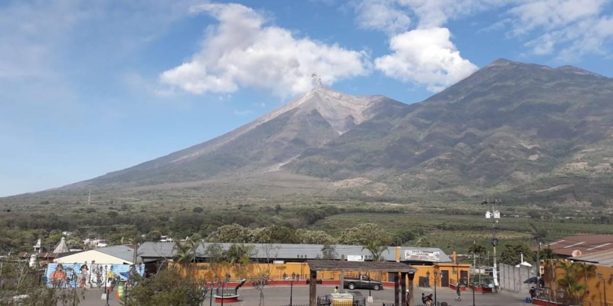 Conred en alerta por incremento de la actividad del volcán de Fuego