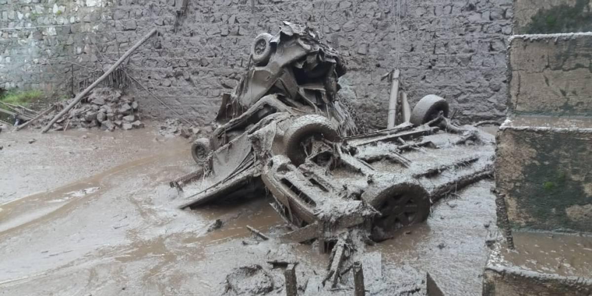Quito: Bomberos evacúan a familias afectadas por el deslave en el Pinar Alto, calle Manuel Valdiviezo