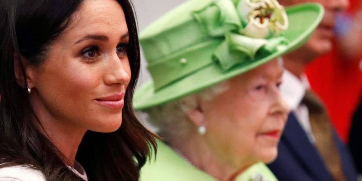 """Reina Isabel recontrató a su exsecretario para """"vigilar"""" a Meghan Markle y Harry"""