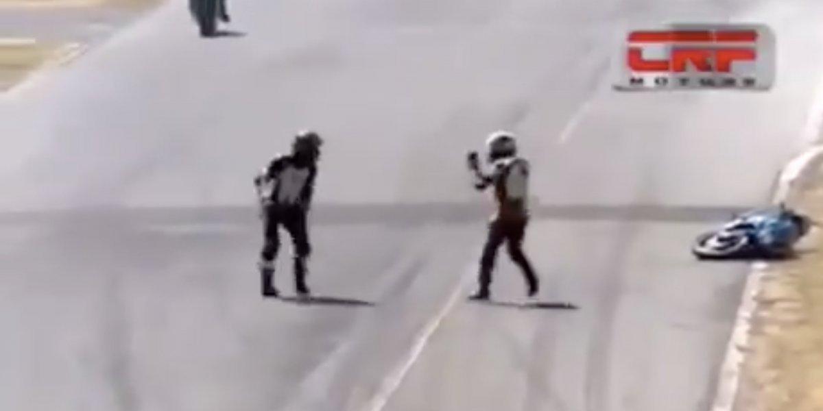 VIDEO: Dos pilotos se pelean a media pista después de choque