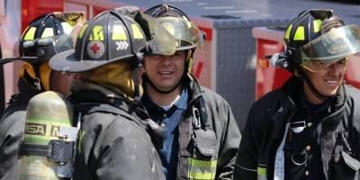 Bomberos policías y peritos durante el incendio en Conagua