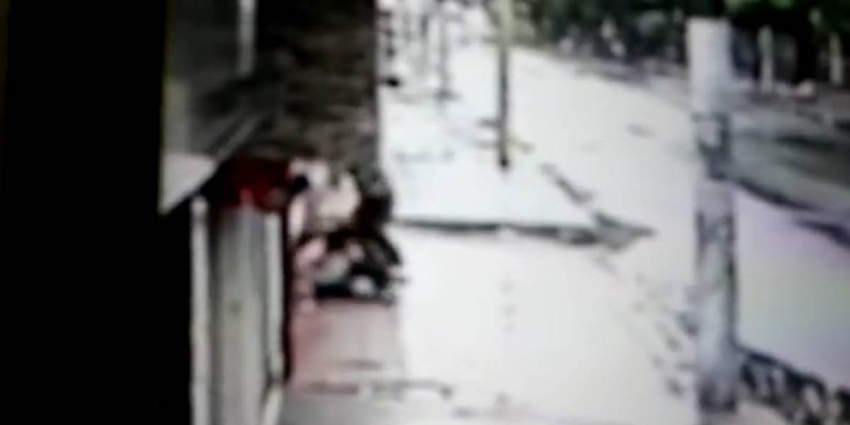 Mujeres de Neiva asustadas por habitante de calle que las golpea