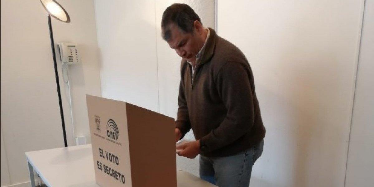 Rafael Correa ejerció su derecho al voto en Bélgica