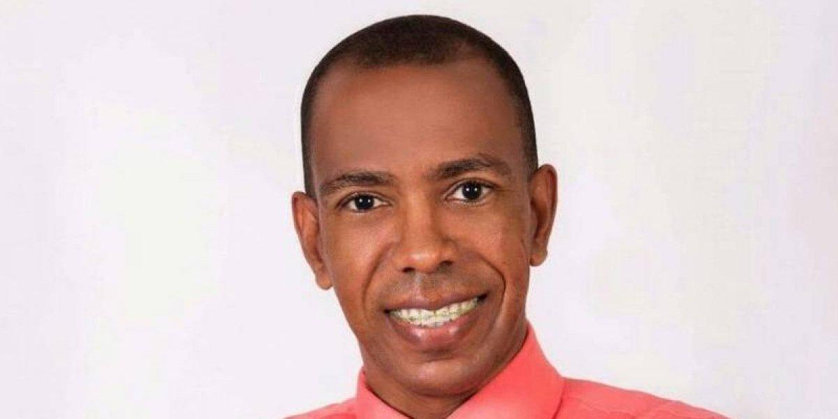 """Pastor Ernesto Cuevas publicó libro """"Dios honra a los que le honran"""""""